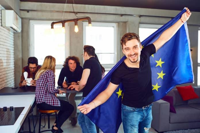 Giovani con bandiera Europa