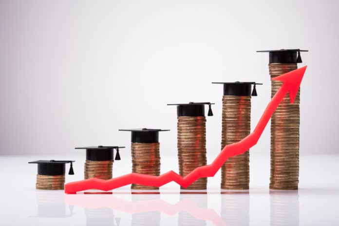 linea rossa che cresce verso uno stipendio maggiore per chi studia di più