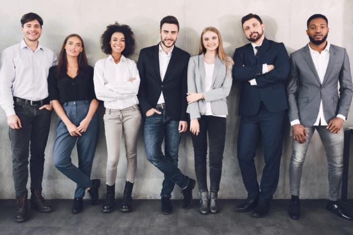 gruppo di uomini e donne lavoratori