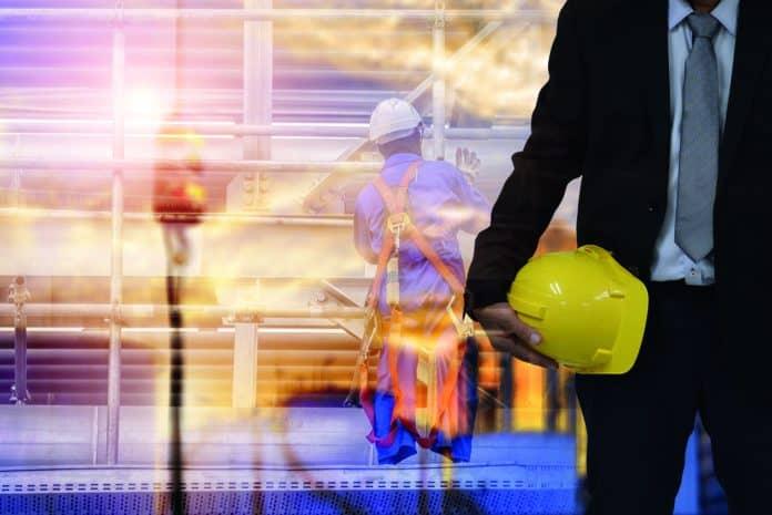 lavoratori in cantiere con casco di sicurezza