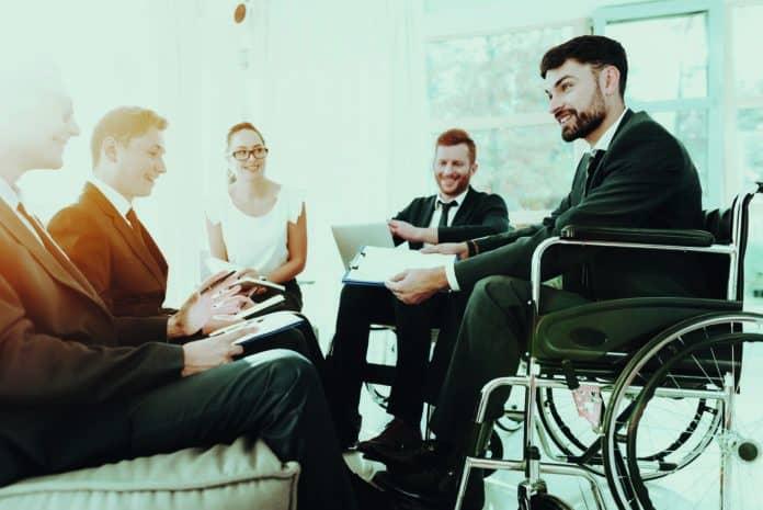 ragazzo disabile seduto sulla sedia a rotelle