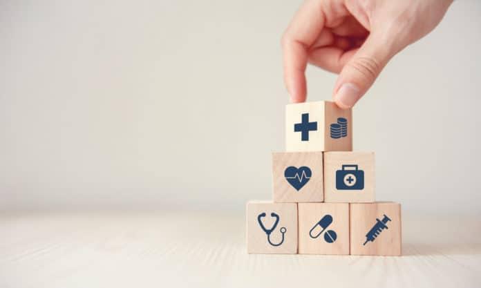 cubetti di legno con raffigurazioni del campo medico